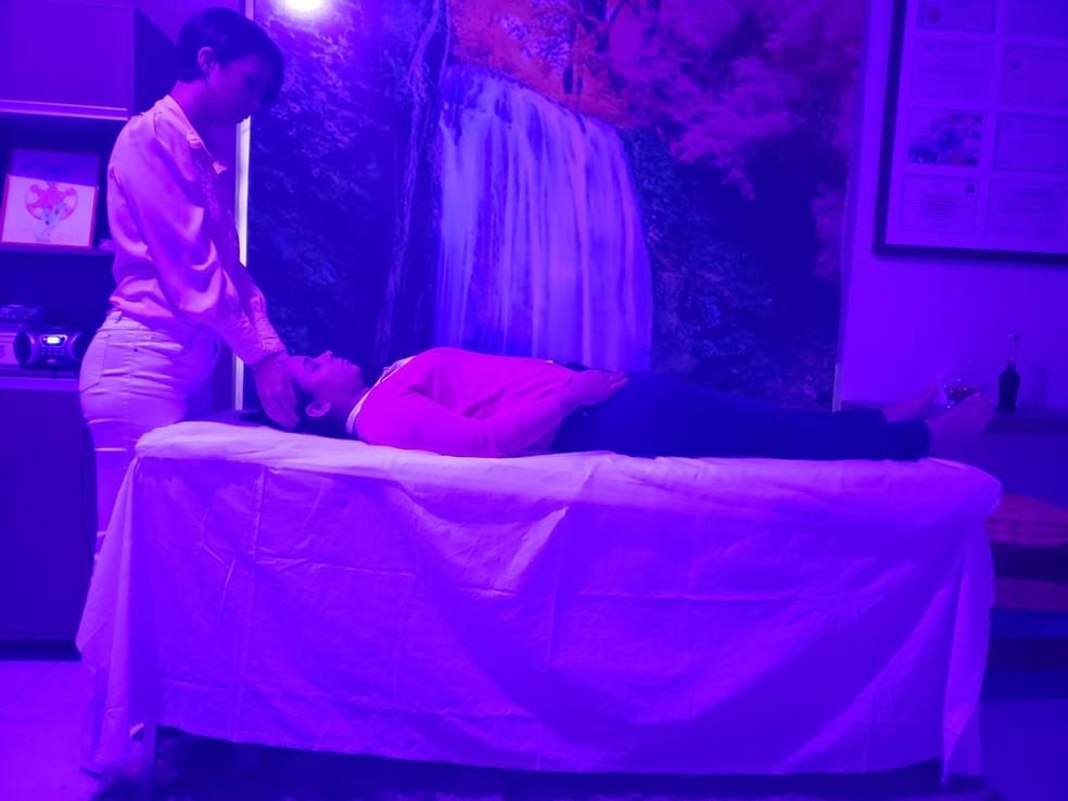 Juliana Souza usa terapias alternativas no tratamento dos pacientes — Foto: Juliana Souza/Arquivo Pessoal