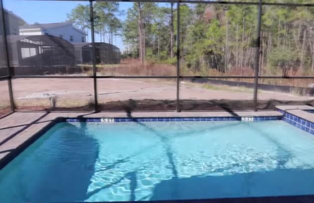 A piscina da mansão é cercada para evitar a entrada de animais como crocodilos (Foto: Reprodução)