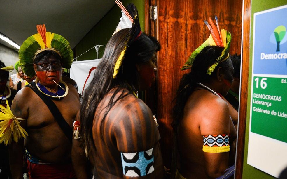 Índios do Pará e de Mato Grosso se reúnem com liderança do DEM na Câmara para discutir (PEC) 215 na Câmara dos Deputados, em Brasília (Foto: José Cruz/Agência Brasil)