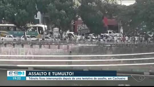 Trânsito na avenida Beira Rio é interrompido após tentativa de assalto, em Cachoeiro