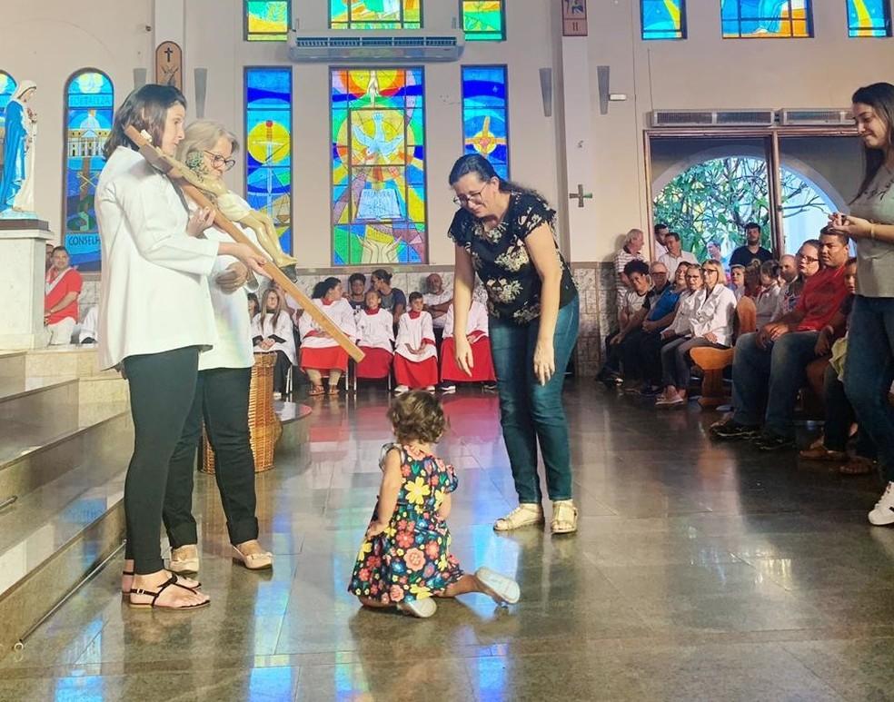 Mãe com a Sophia na missa em igreja de Rio Preto — Foto: Arquivo Pessoal