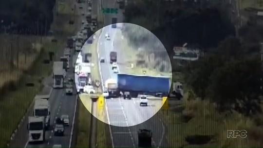 Caminhão carregado de milho tomba após bater em carreta e carro na BR-376, em Maringá