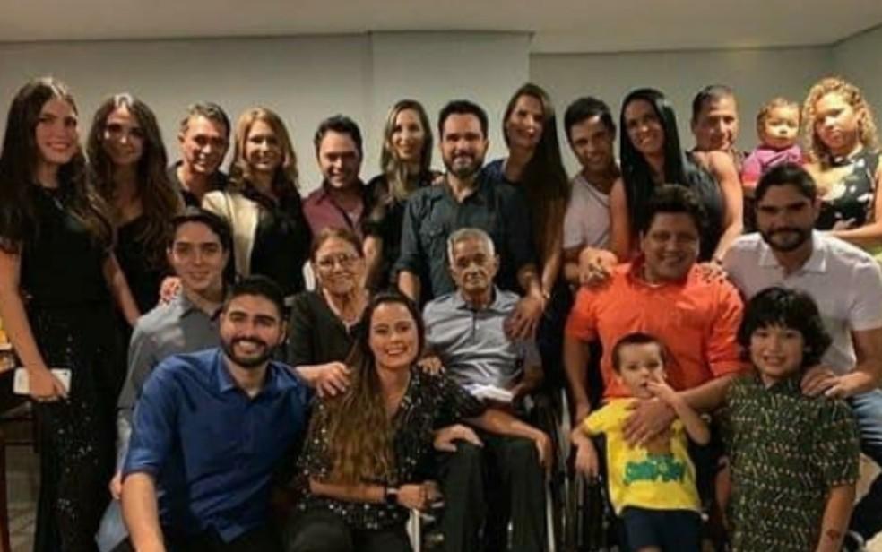 Francisco Camargo com esposa, filhos e netos; publicada em 24 de novembro de 2020 em redes sociais — Foto: Reprodução/Instagram