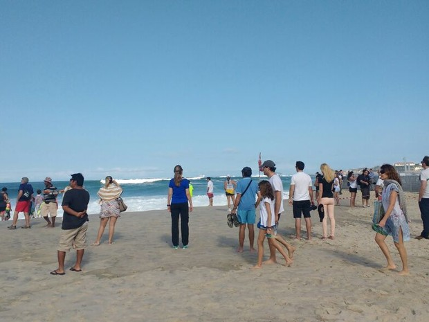 Ressaca virou atração turística em Copacabana (Foto: Daniel Silveira/G1)