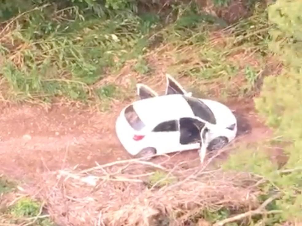 Veículo foi abandonado em estrada secundária em Itati — Foto: Reprodução/Batalhão de Aviação da BM