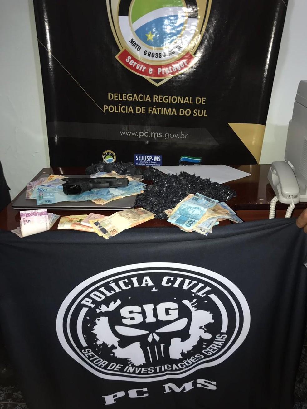 Drogas, pistola e R$ 8 mil em dinheiro e cheques foram apreendidos durante Operação Dolo, em MS. — Foto: Divulgação/Polícia Civil