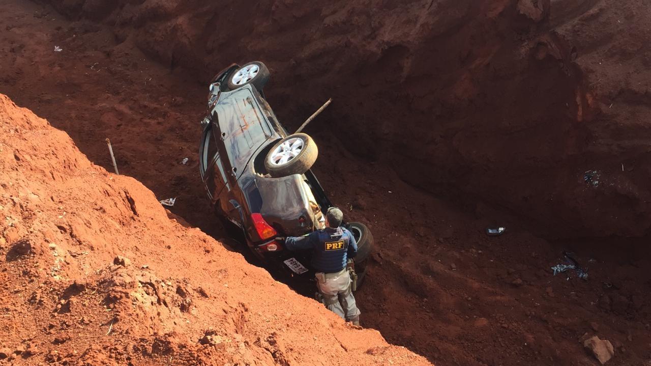 Carro carregado de drogas cai em vala durante perseguição em Ourinhos - Notícias - Plantão Diário