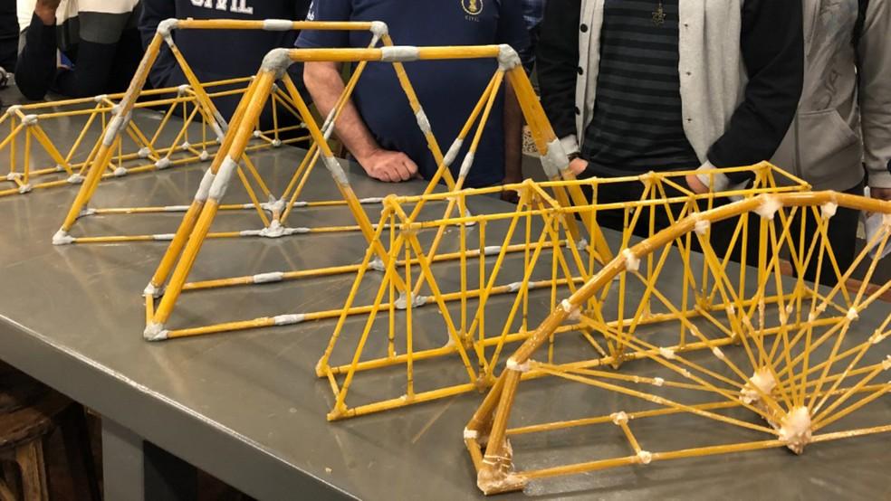 Laboratório de Materiais de Construção Civil do UNIFEB, etapa de pesagem da Ponte de espaguete na competição.— Foto: Crédito: UNIFEB.