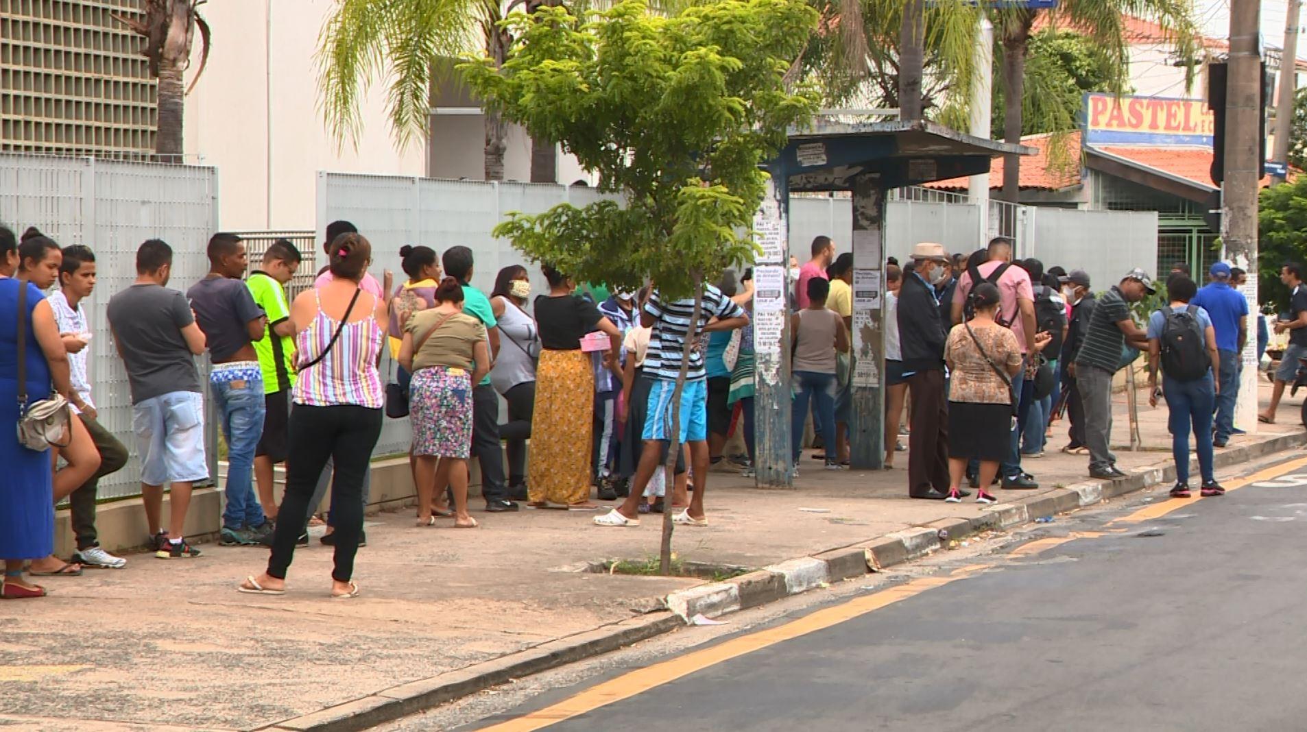 Pagamento de auxílio emergencial gera fila extensa em agência da Caixa em Campinas