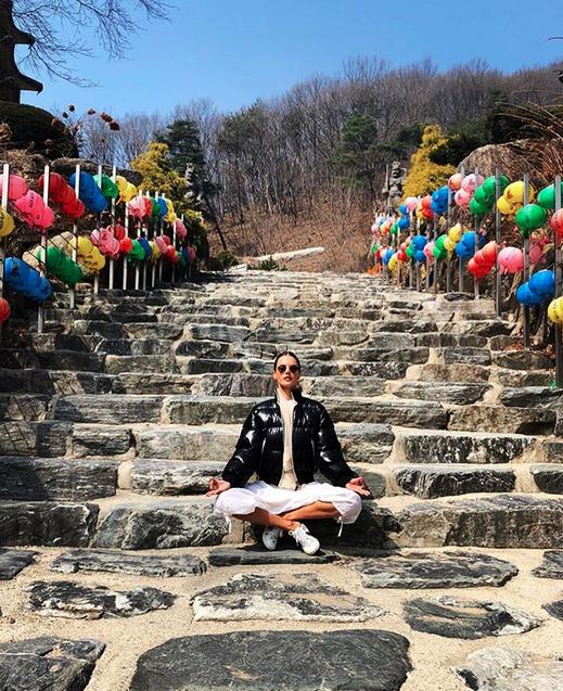 Alessandra Ambrosio medita na Coreia do Sul (Foto: Reprodução/Instagram)