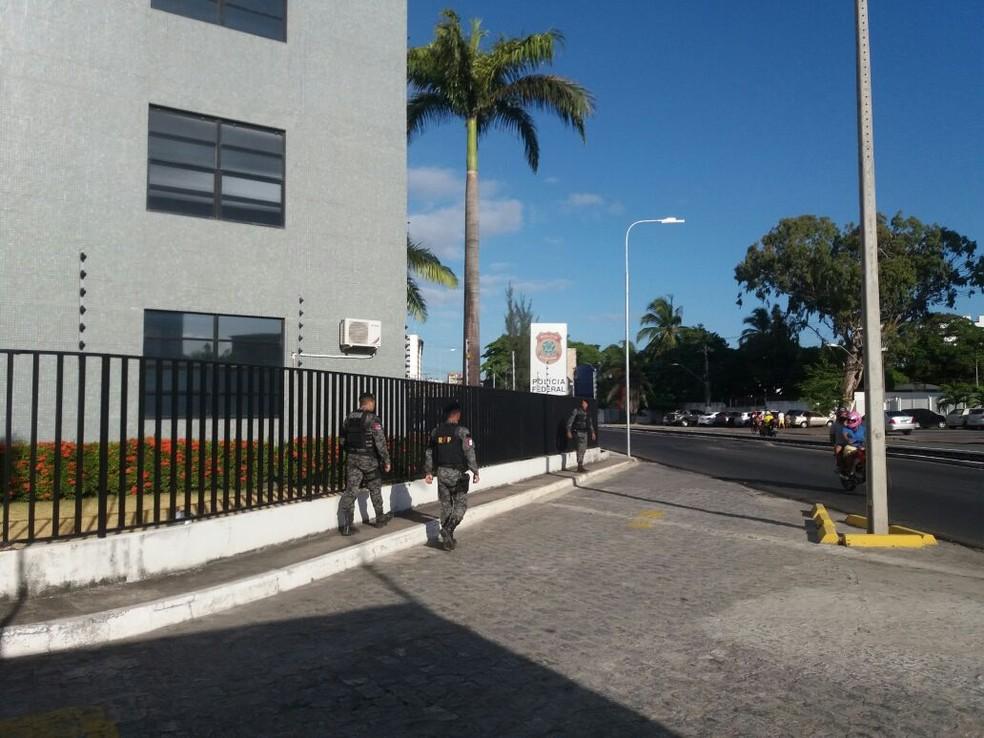 Policiais levam presos para a sede da PF (Foto: Heliana Gonçalves/Tv Gazeta)