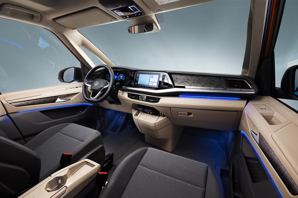 Sucessora da Volkswagen Kombi tem pintura saia-e-blusa, câmbio no painel e motor do Golf GTI 34