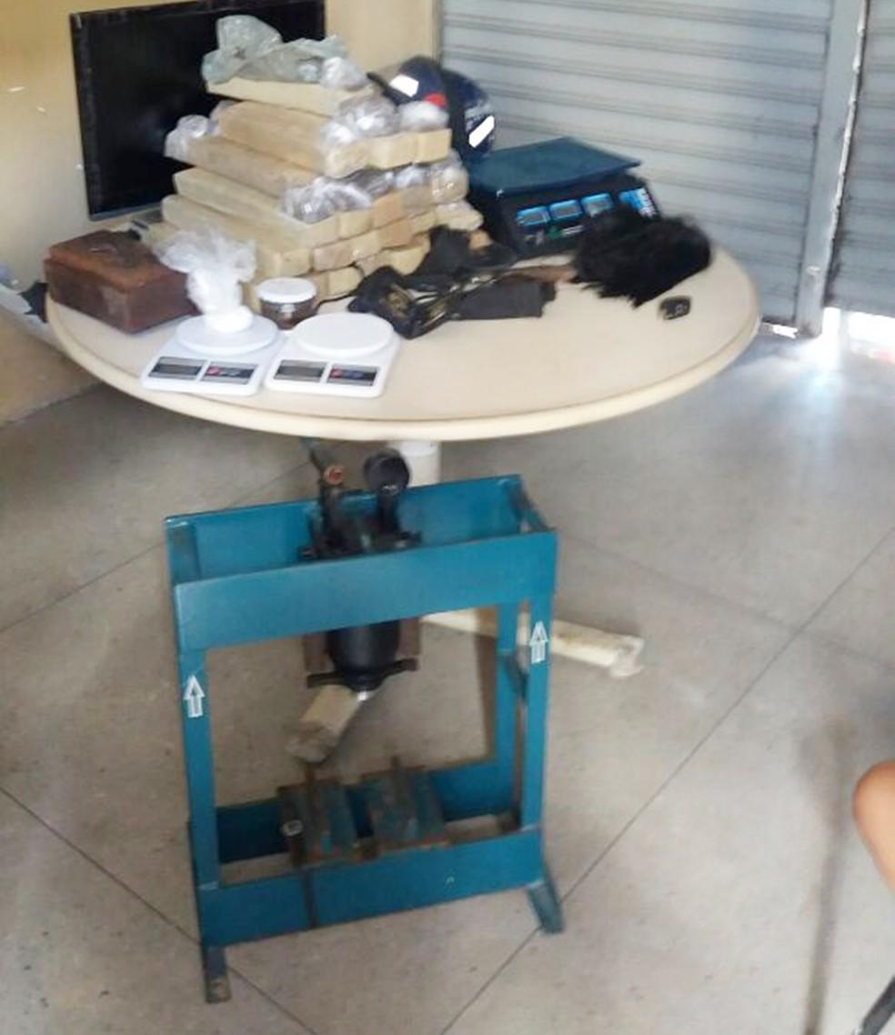 Além da droga, balanças de precisão e prensa também foram apreendidas pelos policiais (Foto: Polícia Civil/Divulgação)