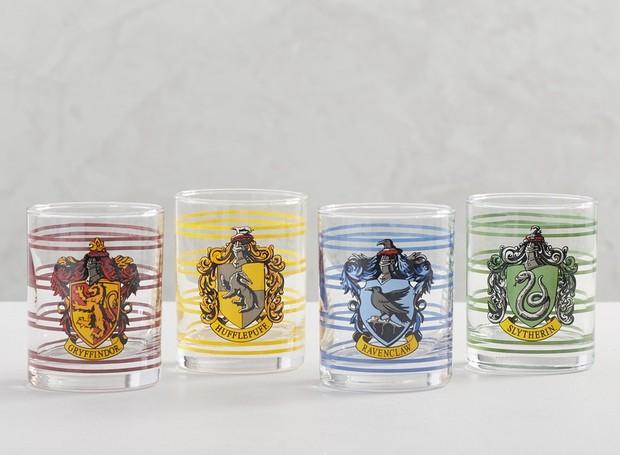 A temática das escolas de bruxaria também está presente em copos (Foto: Pottery Barn/ Reprodução)
