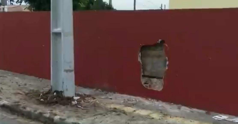 Blindado do Exército derruba poste e bate em muro, em Ponta Grossa, diz polícia
