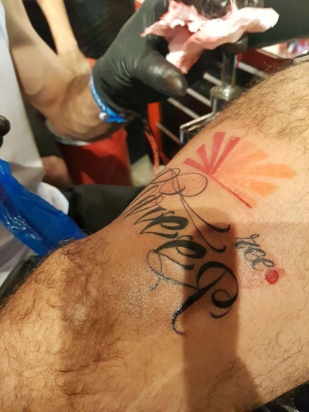 Caio Castro faz tatuagem  (Foto: Ed. Globo)