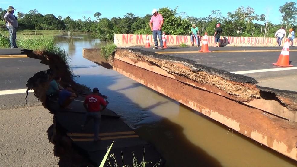 Buraco formado na ponte após desmoronamento — Foto: Rede Amazônica/Reprodução