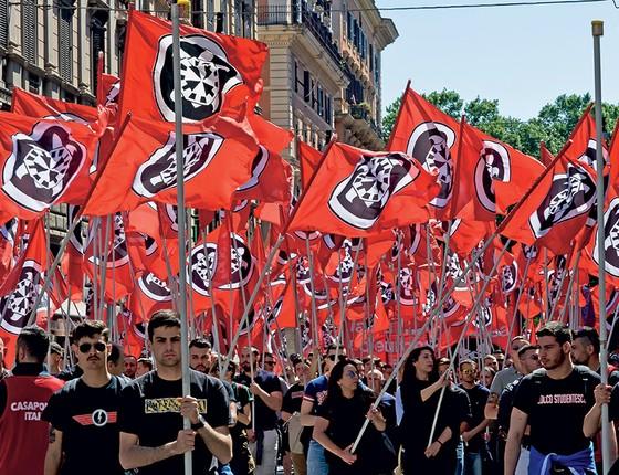 """Os militantes do CasaPound denunciam a """"escravização"""" dos trabalhadores italianos pelas multinacionais (Foto: Tiziana Fabi/Afp)"""