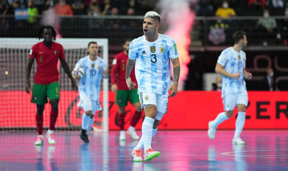 Claudino tenta motivar a Argentina após marcar o seu gol — Foto: Angel Martinez/FIFA