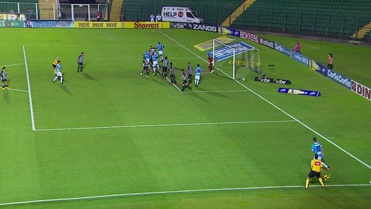 Auxiliar marca impedimento, e árbitro anula gol do Paysandu, aos 33' do 2º tempo
