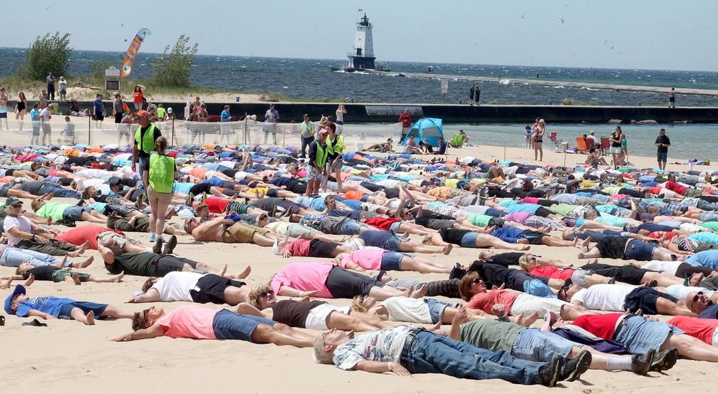 Cidade americana bate recorde de mais anjos de areia simultâneas (Foto: Joel Bissell/Muskegon Chronicle via AP)