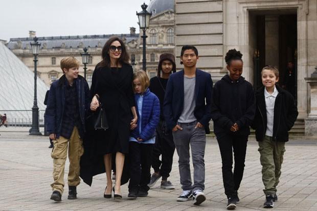 Angelina Jolie com Shiloh, Vivienne, Maddox, Pax, Zahara e Knox (Foto: The Grosby Group)