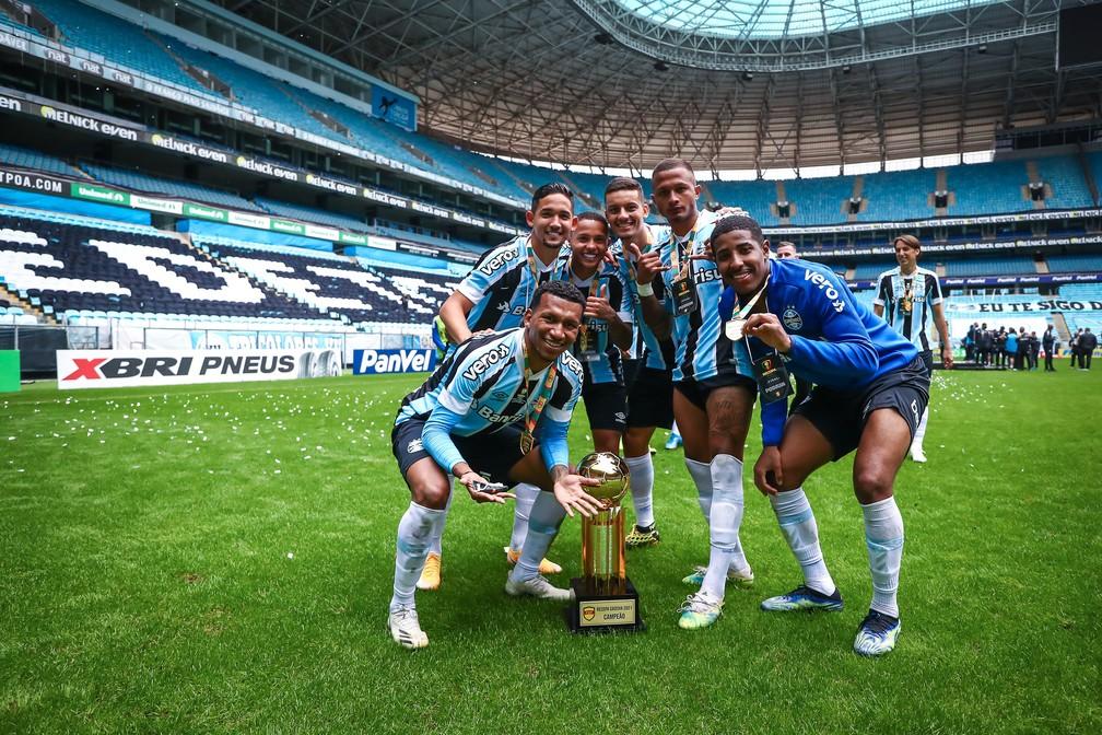 Léo Chú, Jhonata Robert, Guilherme Azevedo, Ricardinho, Léo Pereira e Guilherme Guedes: todos da base do Grêmio — Foto: Lucas Uebel / Grêmio FBPA
