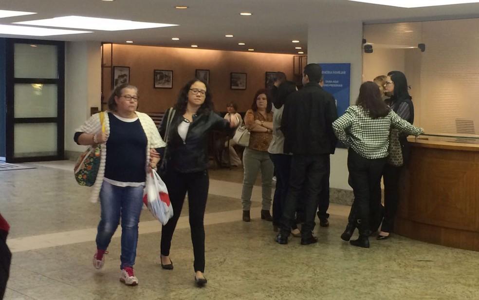 Filha de Paulo Silvino chegou ao velório pouco antes da 9h (Foto: Fernanda Rouvenat / G1)