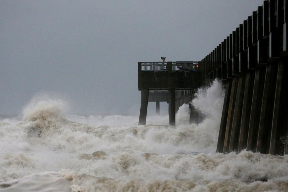 Ondas batem em píer enquanto o furacão Michael se aproxima de Panama City Beach, na Flórida, nesta quarta-feira (10)  — Foto: Jonathan Bachman/ Reuters