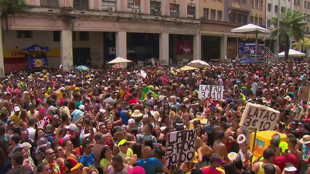 Avenida Guararapes, no Centro do Recife, ficou lotada de foliões durante o desfile do Galo da Madrugada — Foto: Reprodução/TV Globo