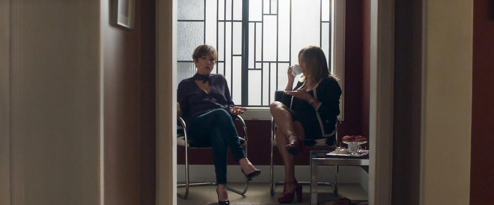 Cora e Kiki conversam sobre Alice e Nanda. Cora intriga a amiga sobre o comportamento da mais nova e se surpreende com as palavras da mãe das meninas (Foto: TV Globo)