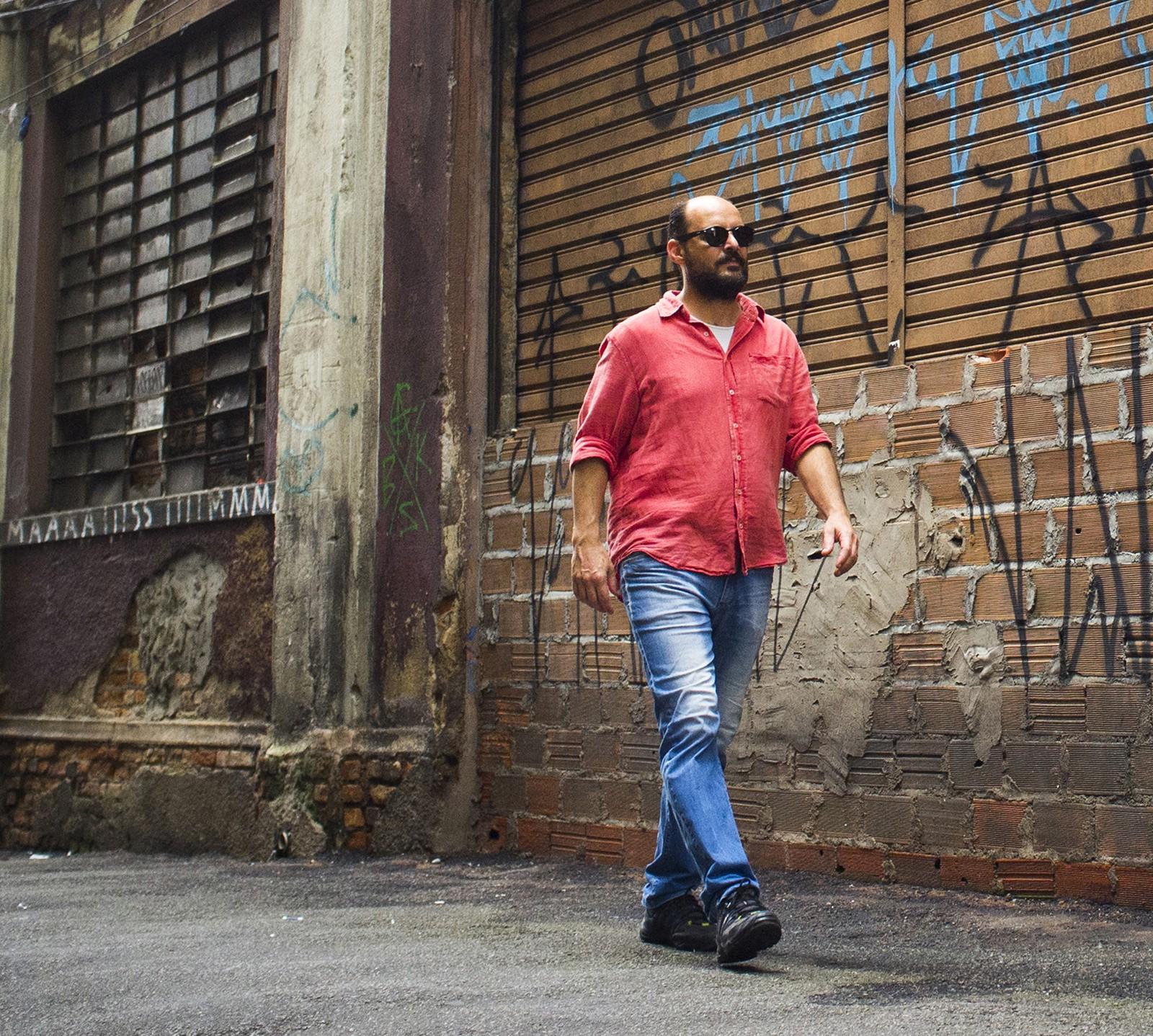 Douglas Germano expõe fraturas do Brasil no ritmo do samba afrontoso do álbum 'Escumalha' - Notícias - Plantão Diário