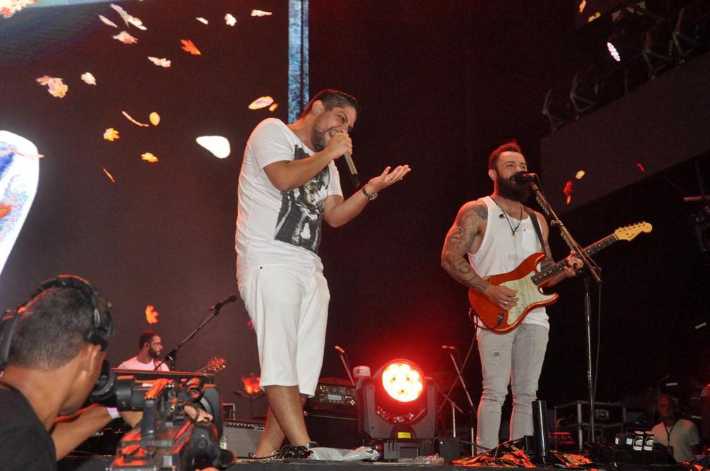 Dupla sertaneja Jorge e Mateus durante o Festival Virada Salvador na noite deste domingo (31) (Foto: Jefferson Peixoto/Secom)