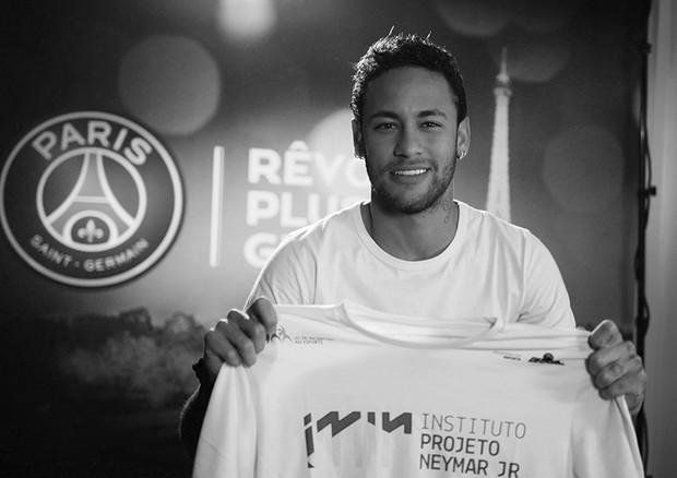 Neymar posa com a camisa do Instituto Neymar Jr. (Foto: divulgação)