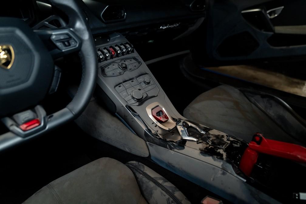 Veja como ficou o interior da Lamborghini que estava em alagamento em São Paulo — Foto: Marcelo Brandt/G1