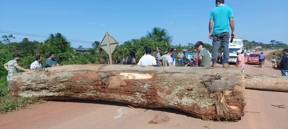 Manifestantes fecham BR-364  entre Rondônia e Acre — Foto: PVH Notícias/Reprodução