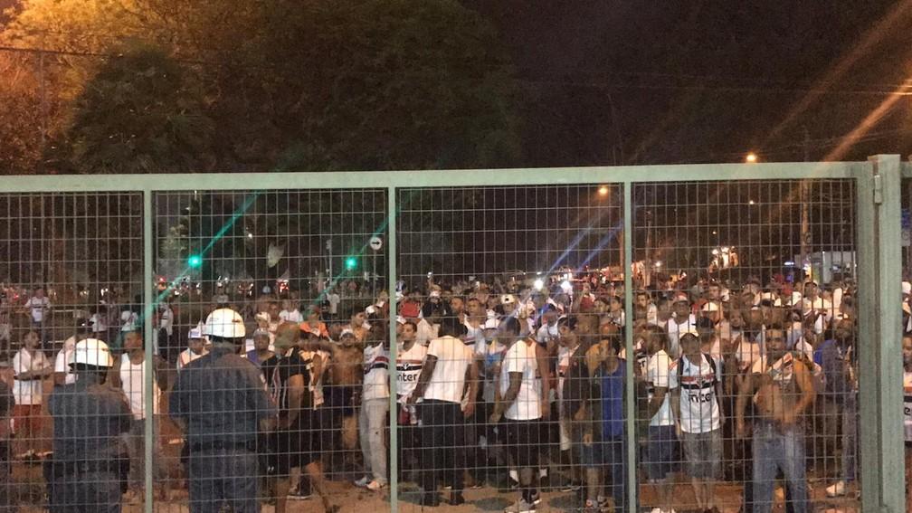 Torcida do São Paulo protesta contra o time na porta do Morumbi — Foto: Eduardo Rodrigues