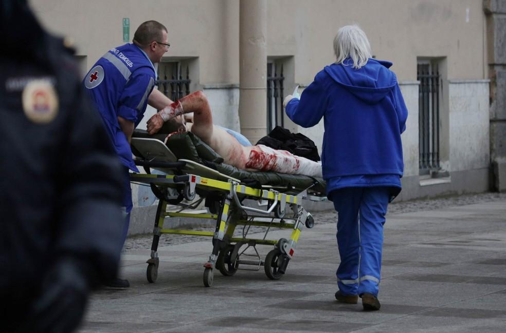 Pessoa ensanguentada é levada de maca por equipe de socorros após explosão no metrô de São Petersburgo, na Rússia (Foto: Anton Vaganov/Reuters)