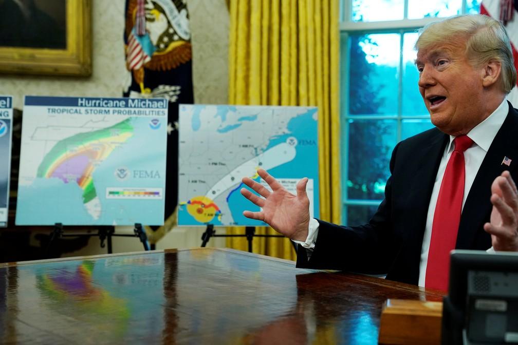 Donald Trump participa de reunião sobre resposta ao furacão Michael nesta quarta-feira (10) no Salão Oval da Casa Branca — Foto: Jonathan Ernst/Reuters