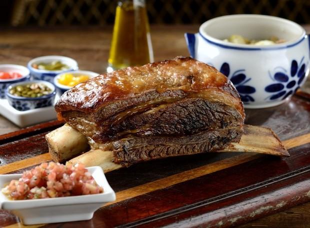 A costela no bafo é um dos pratos que fazem sucesso no Dalva e Dito, restaurante do chef Alex Atala (Foto: Wellington Nemeth/ Menu/ Reprodução)