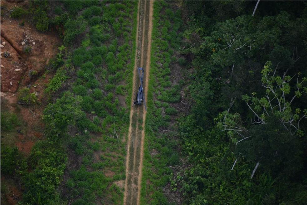 Helicóptero em outra pista clandestina no alto Catrimani. Ao lado esquerdo, há cerca de 4,8 hectares degradados. — Foto: Divulgação/HAY.