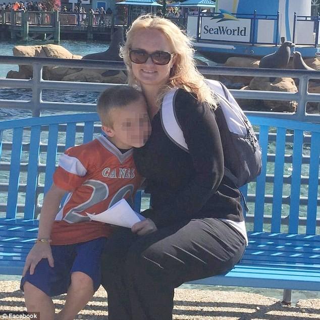 """""""Era uma piada entre nós três"""", disse mãe que colocou cabeça do filho no vaso sanitário (Foto: Reprodução / Facebook)"""