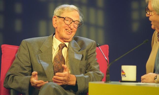 O historiador durante entrevista no programa de Jô Soares, em 15 de agosto de 1995
