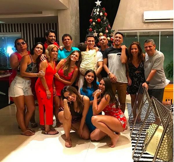 A cantora Anitta com a família durante o Natal (Foto: Instagram)