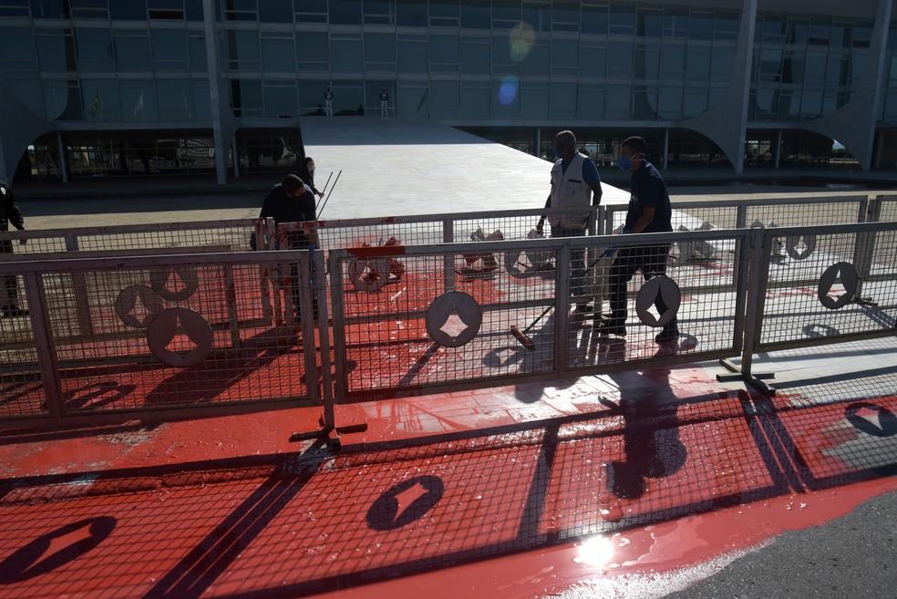 Tinta vermelha é jogada na direção da rampa do Palácio do Planalto, sede do governo federal.  — Foto: Cláudio Reis/ Framephoto/ Estadão Conteúdo