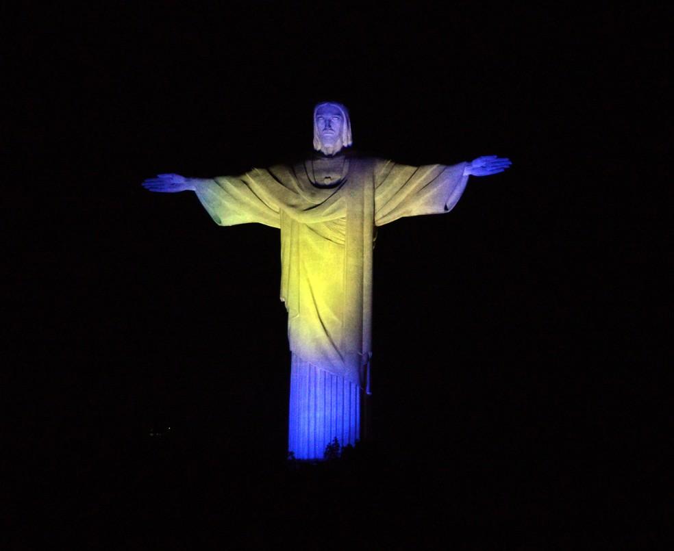 Cristo Redentor iluminado no Rio de Janeiro: em momentos como o atual, a fé precisa crescer — Foto: André Durão