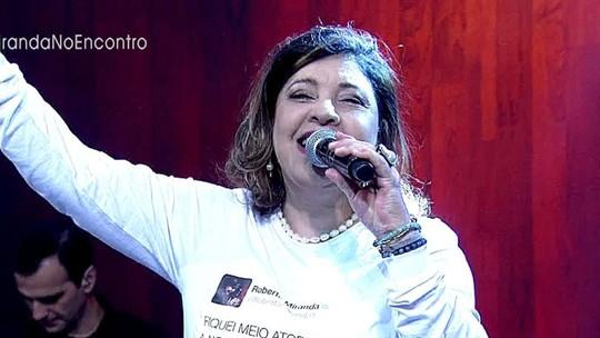 Roberta Miranda participa do 'Encontro' usando camisa estampada com seu post