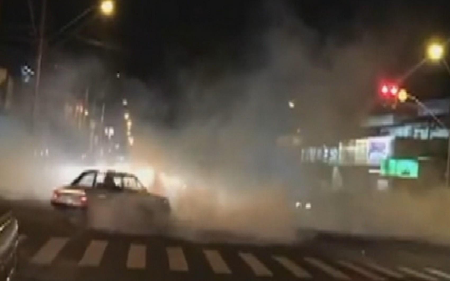 Motoristas dão cavalo de pau em avenida de Goiânia; veja vídeo