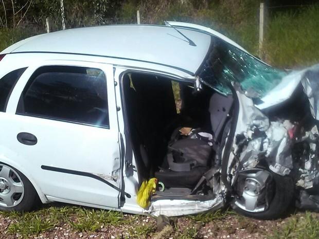 Motorista e passageiro ficaram feridos após acidente em Avaré (Foto: Divulgação/Polícia Militar Rodoviária)