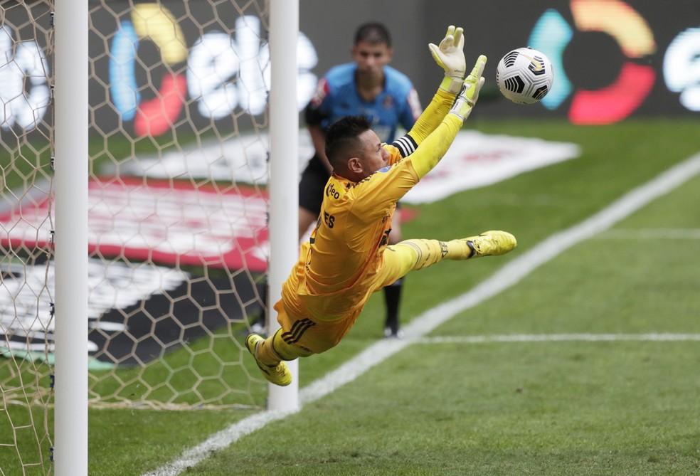 Diego Alves voa para fazer defesa e salvar o Flamengo — Foto: Reuters